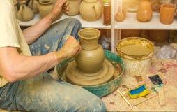 De pottenbakker maakt aarden schip royalty-vrije stock afbeelding