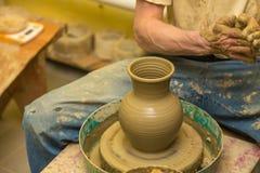 De pottenbakker maakt aarden schip stock afbeelding