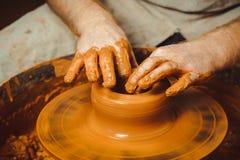 De pottenbakker maakt een kruik royalty-vrije stock afbeeldingen