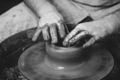 De pottenbakker maakt een kruik stock foto