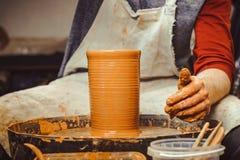 De pottenbakker maakt een kruik stock fotografie