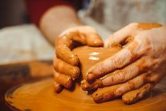De pottenbakker maakt een kruik stock afbeeldingen