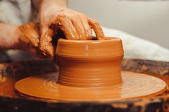 De pottenbakker maakt een kruik royalty-vrije stock foto