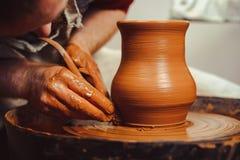 De pottenbakker maakt een kruik stock afbeelding
