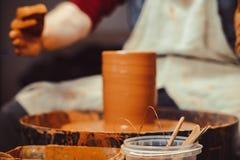 De pottenbakker maakt een kruik royalty-vrije stock foto's