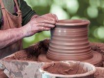 De pottenbakker maakt een pot royalty-vrije stock afbeeldingen
