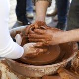 De pottenbakker onderwijst kokende potten zijn medewerker stock foto's