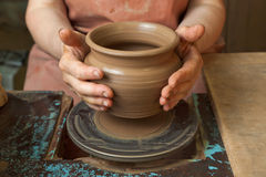 De pottenbakker toont enkel gecreërd een pot Royalty-vrije Stock Foto