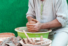 De pottenbakkerswerken. Het proces van de aardewerkverwezenlijking in aardewerk op w van pottenbakkers Royalty-vrije Stock Foto's