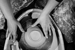 De pottenbakkerswerken met klei hoogste mening royalty-vrije stock afbeeldingen