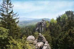 De Prachovskeberg dichtbij dorp Prachov, bekijkt het dorp Ji stock foto's