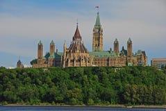 De prachtige Centrumblok complexe bouw op het Parlement Heuvel van over de Rivier van Ottawa van Gatineau op een fijne dag royalty-vrije stock afbeeldingen
