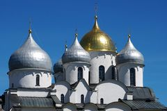 De prachtige koepels van oude St Sophia Cathedral in Novgorod stock afbeelding