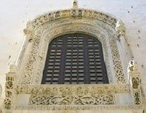 De prachtige steenornamenten in een venster Royalty-vrije Stock Afbeeldingen