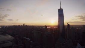 De prachtige warme hemel van de avondzonsondergang over Manhattan wolkenkrabbers en torens de de van de binnenstad van New York i stock videobeelden