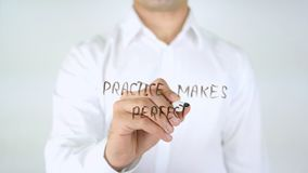 De praktijk maakt Perfect, Mens die op Glas schrijven stock afbeeldingen