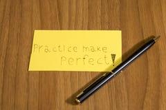De praktijk maakt perfecte handwrite op een geel document met een pen stock foto's