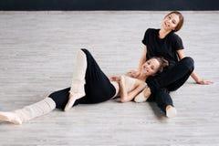 De praktijk van twee dansersvrienden in dansstudio Stock Afbeelding
