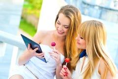 De Prattyvrouwen houden de telefoon en het lachen stock fotografie