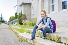 De pre-Tienerjongen van Nice buiten op school die goede tijd hebben stock foto