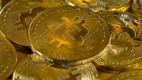 De premie de gouden muntstukken cryptocurrency bitcoin zijn roteert langzaam in een cirkel Macro van het roteren wordt geschoten  stock video