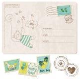 De Prentbriefkaar van de Aankomst van de Jongen van de baby met reeks zegels Stock Foto's