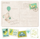 De Prentbriefkaar van de Verjaardag van de Jongen van de baby met reeks zegels Royalty-vrije Stock Foto's