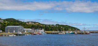 De prentbriefkaaren van Bonavista, de visserijdorpen van Newfoundland zien onbeweeglijk boten voor de dag op kalme kustwateren Stock Foto