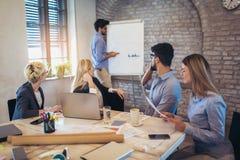 De Presentatie van zakenmanat whiteboard giving royalty-vrije stock foto's