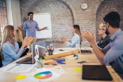 De Presentatie van zakenmanat whiteboard giving royalty-vrije stock foto