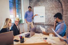 De Presentatie van zakenmanat whiteboard giving stock foto's