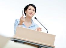 De presentator van de vrouw bij het podium royalty-vrije stock foto's