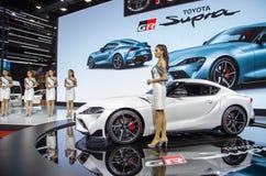 De presentators introduceren Toyota Supra stock afbeeldingen