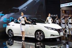 De presentators stellen met Nissan-BLAD royalty-vrije stock afbeelding
