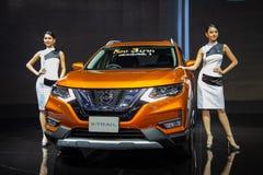 De presentators stellen met Nissan-x-SLEEP royalty-vrije stock foto's