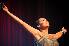De prestaties op de stadiumactrice en de zanger van Russische klassieke oversteekplaatsdiva Larisa Lusta stock foto