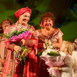 De prestaties op het stadium van de nationale volkszanger van Russische babkina van liederennadezhda en theater Russisch lied Stock Foto's