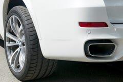 De Prestaties van BMW F15 X5 M Band en legeringswiel Zijaanzicht van een witte moderne luxeauto Royalty-vrije Stock Foto's