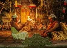De prestaties van de de branddans van Kecak van het brandspel in tempel Bali, Indonesië royalty-vrije stock afbeeldingen