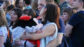 De Prestaties van close-upguy hugs girl watching band bij Partij stock video