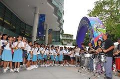 De prestaties van de band tijdens Olympische het embleemlancering van de Jeugd Stock Afbeelding