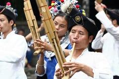 De prestaties van de etnische minderheidmensen van dong royalty-vrije stock afbeeldingen