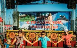 De prestaties van jonge zanger Sony Lapshakova ter gelegenheid van de de jeugddag in het Kaluga-gebied in Rusland op 27 Juni 2016 Stock Afbeeldingen