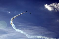 De prestaties van stuntvliegtuigen bij een lucht tonen stock afbeelding