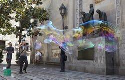 De prestaties van zeepbels in Barcelona. Stock Fotografie