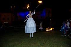 De prestatieskunstenaars tijdens vlam tonen stock foto