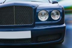 De prestigieuze donkerblauwe auto gaat op weg Stock Foto