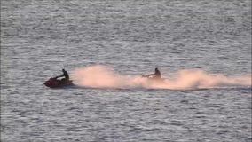 De pret die van watersporten op straalskis berijden stock videobeelden