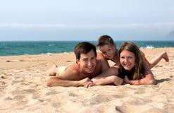 De pret van de familie bij het strand Stock Foto's