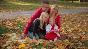 De pret van de familie in het park stock videobeelden